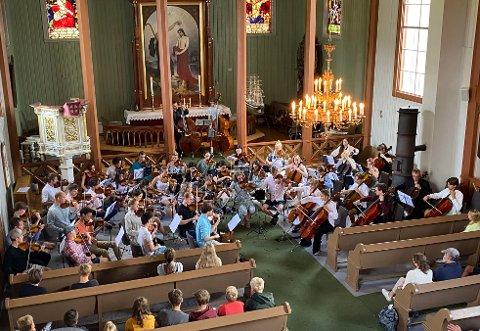 STORT ORKESTER: Dette er bare en del av orkesteret som bergtok sitt publikum sist søndag.