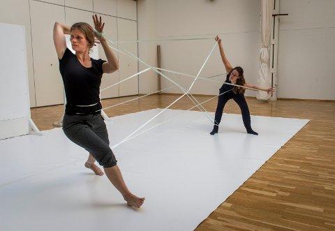DUO: Signhild Meen Wærsted (t.v.) og Hanna Rohn utgjør duoen øver i lokalene til Attic til performancen som vises i Oslo før den kommer til  Buskerud Kunstsenter 29. september.