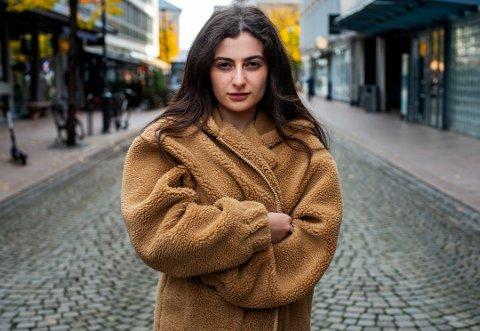 FORFATTERDEBUTANT: Rahma Hamed er forfatten bak boken «Å samle solstråler fra Mosul til Drammen». Nå føler hun seg lurt av forlaget.