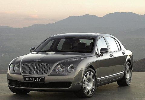 For litt over prisen av en velutstyrt VW Passat, kan du nå sikre deg denne godbiten: Bentley Flying Spur. Med en toppfart på over 300 km/t kjørte denne fra det meste – samtidig som den levert plass og luksusfølelse på toppnivå.