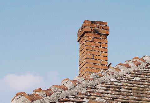 FEIERMANGEL: Det er mye sot i skorsteinene i Lebesby som ikke blir fjernet på grunn av mangel på feier.