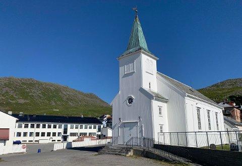 HVITT PÅ BLÅTT: Honningsvåg kirke i sommervær.