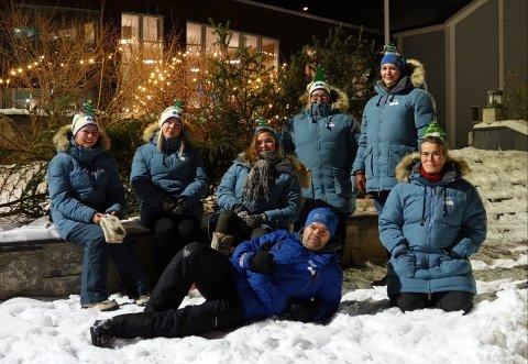 Gjengen bak består av Hanne Arnrup-øien, Maria Sørbø, Maren Bech Elvestad, Tonny Fangstmann Lunnan, Lise Theodora Rasmussen, Marit Bakken Lauritsen og Marte Sørbø Rasmussen.