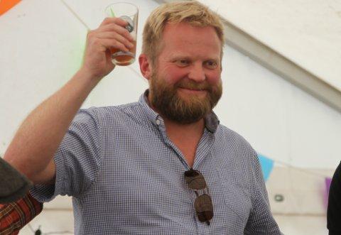 Ein glad Jens Petter Kjelsnes vart kåra til årets heimebryggmeister under Godt i Gapet. No vil ølet hans bli brygga av Kinn bryggeri i dei opprinnelege lokala i Strandgata.