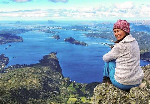 LUFTIG: Terese Eikefjord likar, som dei fleste av oss, å dokumentere turane sine. Her er ho på Høydalsnipa, eller ytste Håsteinen - også ein populær lokal tur.