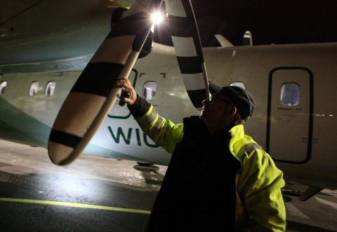 TIL FØRDE OG TILBAKE: Snart flytter flyteknisk base tilbake til Florø lufthamn, melder Widerøe. Her ser du ein Dash 8 bli inspisert av Geir Jarle Kristiansen i februar i år.