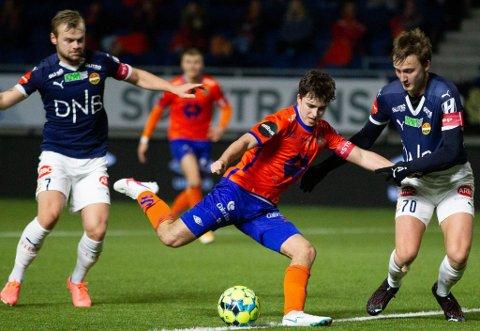 MÅLFARLEG: Kim Solheim trekker parallellar til tidlegare Florø-spiss Endre Kupen når han beskriv Florø Fotball si nyaste signering. Her i aksjon for Aalesund mot Strømsgodset.