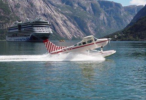 TURISTAR: Scandinavian Seaplanes flyr meir enn 200 passasjerar i året. No vil dei lage kystrute, med Florø på rutenettet.