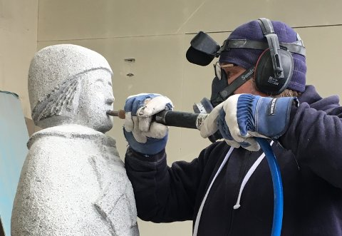 BILLEDHOGGAR: Hjalmar Lothe i arbeid på ein steinskulptur i iddefjordgranitt.