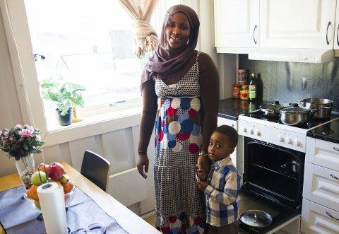 Som treåringar flest er Hani tett knytta til mor si. Men nokon manglar.