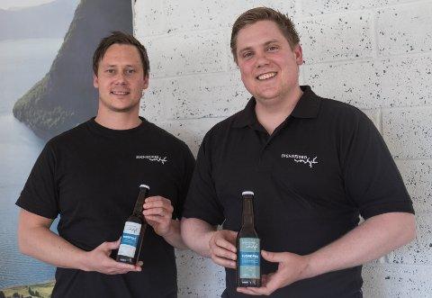 VILLE HA ØLSAL: Rune Nesheim (f.v) og Even Halås Søreide lanserte tidlegare i år sitt eige ølmerke. Kommunen har no gitt dei avslag på å selje det i deira eigen butikk i Førde.