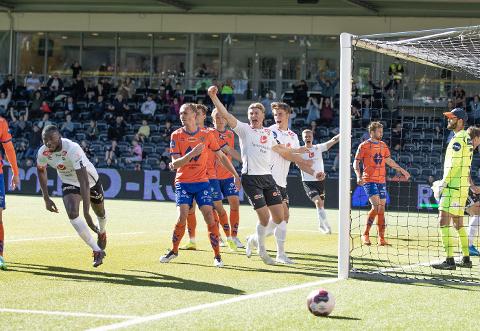 FØRSTE SCORING: Mansour Gueye scora sitt første mål for Sogndal då han heada inn 1–0 kvarteret ut i kampen.