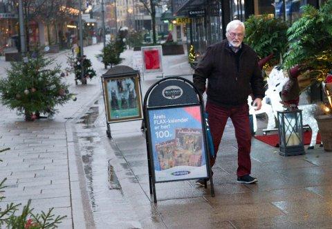Oppgitt: I en årrekke har Arne Hunn, leder av råd for funksjonshemmede i Fredrikstad, etterlyst et tydelig reglement for plassering av skilter og reklameplakater i Gågata. Nå har han fått nok av somlingen til kommunen.