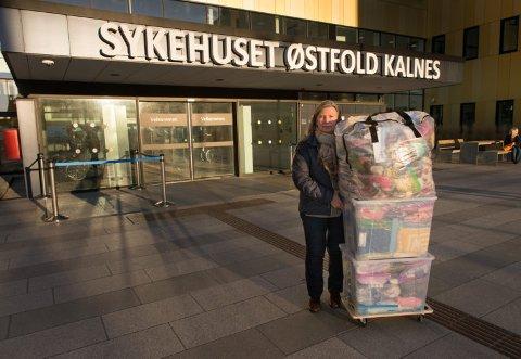 TRENGER TEPPER: Før jul var Amandaprosjektets leder, Tove Fevang, på Kalnes med et lass med strikkede tepper, sokker og luer. Nå er de snart tomme, og trenger teppet til de minste barna.