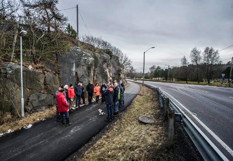 Olje- og energidepartementet på befaring ved Kråkerøy kirke i mars i år. Det endte med ja til luftkabel, til stor skuffelse for Kråkerøyø Lokalsamfunnsutvalg.