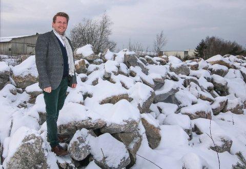 Milliarder til bygg: Der stenrøysa ligger og mange mål til, skal det bygges skole, idrettshall og arena. Kultursjef Ole-Henrik Holøs Pettersen er opptatt av hvilken rolle kunsten i det offentlige rommet skal spille når nye bygg reises.