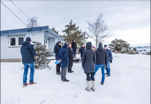 På befaring:  Her er hytta på Håbu, og  her er politikere og  folk fra kommunens bygningsetat på befaring onsdag morgen. På verandaen står hytteeier  Per Øyvind Wullum og forklarer.