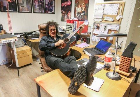 ROLIGERE: Øivin Fjeld skal få et roligere liv nå. Verkstedet skal andre overta, og pensjonisten skal spille mer gitar.