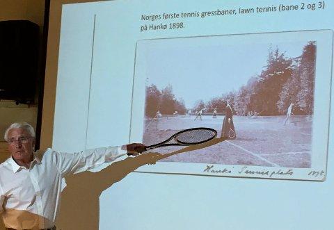 MYE HISTORIE: - Det ble spilt gresstennis på Hankø allerede i 1898, forteller Edvard Raastad når han kåserer om sportens historie i Norge. 82-åringen, med NM-titler fra 60- og 70-tallet og fortsatt glødende engasjert som trener, gleder seg til tennis og jazz på hans favorittøy i mai/juni.