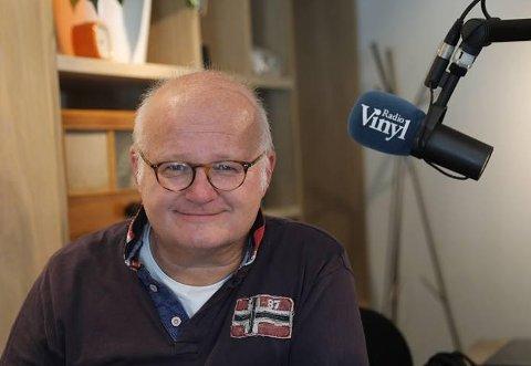 Live fra Gressvik: Finn Bjelke forlater Radio Vinyl-studioet og tar direktesendt popquiz fra Gressvik Torg 3. august.