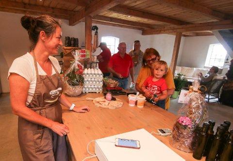 Yngste kunden: Herman Høst var med bestemor Torild Skarpnord og handlet da Grethe Walle åpnet gårdsutsalg på Rolvsøy.