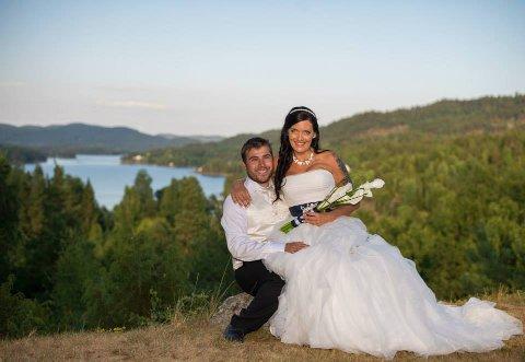 GIS BORT: Paret ønsker å hjelpe et kommende brudepar med brudekjole, sko, vest og slips. Foto: Privat