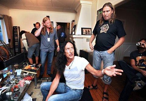 Dette bildet er fra 2008. En avslappet Ken Hensley før konserten i leiligheten over Odins Kro. Vokalist Eirikur Hauksson (til venstre for Ken H.) og turnéleder Petter Johansen til høyre. Arkivfoto:  Geir A. Carlsson