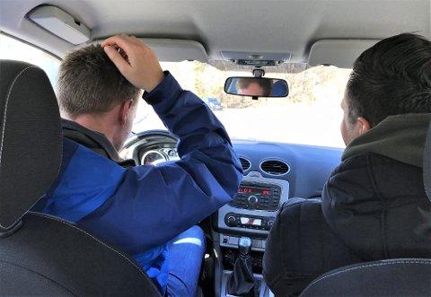 SIVIL: «Kim» og «Rune» legger på veien i et lite oppsiktsvekkende kjøretøy, iført sivile klær.