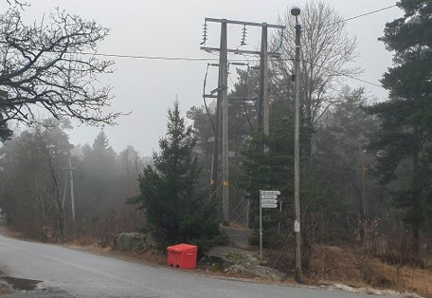 I krysset Tyristien/Sofus Sørensensvei på Kråkerøy startet demonteringen av den gamle høyspenten til Hvaler. Mast nummer to ser du til venstre i bildet. 175 master og 60 kilometer med luftledning skal plukkes ned innen 1. juni.