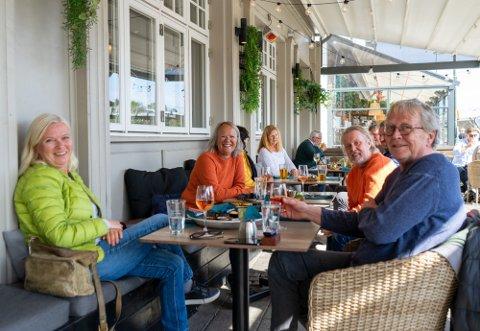 Da vennegjengen Ørjan, Siv, Inken og Bjørn hygget seg på havnelageret forrige helg, måtte de bestille mat for å drikke vin og øl. Fra og med fredag kveld oppheves spiseplikten for skjenking.