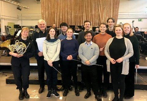 KONSERT: Her er alle de besøkende dirigentene samlet, pluss veileder Bjarte Engeset og den ene solisten, Irene Lewis.