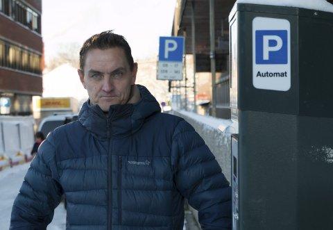 FORSLAGSSTILLER: – Det nye flertallsforslaget om parkeringsregler handler om økonomisk ansvarlighet, sier Henrik Omsted Mohn (MDG). Han synes det var viktig å innfri handelsstandens ønske om like parkeringsregler i sentrum.