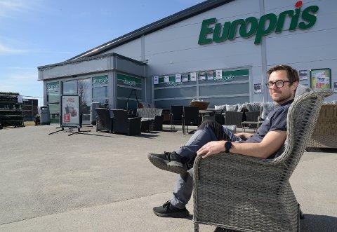 GYLLENE DAGER: – Folk bruker penger på hagemøbler i stedet for sydenturer nå, sier butikksjef Kjetil Hytjan ved Europris Flisa.