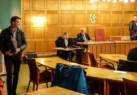 TOK I: Tidligere ordfører Ørjan Bue, til venstre, sjokkerte deler av kommunestyret med sine forslag.  På bildet ser vi ellers politisk sekretær May Grethe Skolegården, varaordfører Rune Sørlie og kommunedirektør Otto Langmoen.