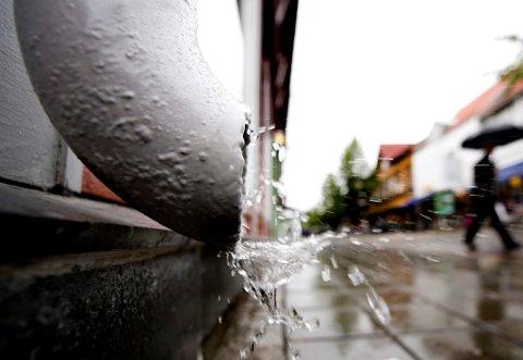 Det blir heftig vær kommende døgn i distriktet, ifølge Meteorologisk Institutt. Over 50 mm kan det komme fram til mandag morgen - med torden.