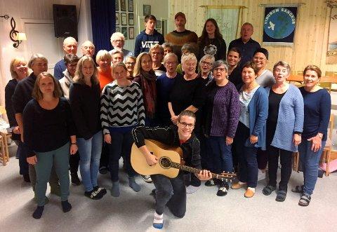 KONSERTKLARE: Vingrom sangkor med Ole Stensgård (fremst med gitaren).