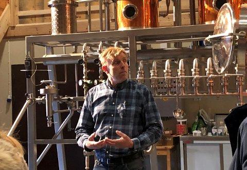 Harald Sve Bjørndal i brenneriet i Vågå. Sve gard blir sentrale i arbeidet med akevitten de nå vil produsere i Ottadalen.