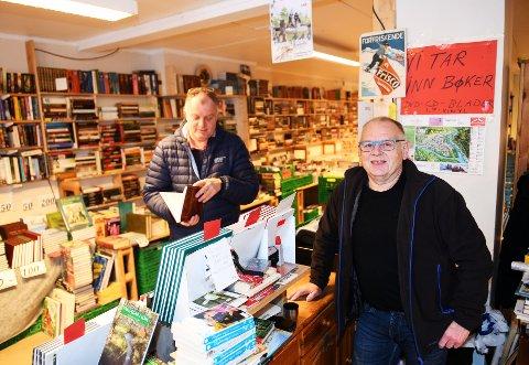 Odd Arild Hedlund (t.h) stenger dørene til bruktboka i romjula, nærmere bestemt 28. desember. Her med kunde og kamerat Terje Vardsveen.