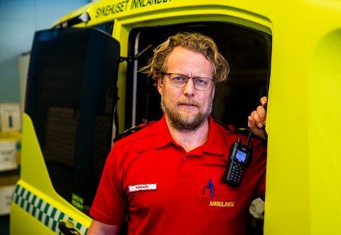 I en fersk undersøkelse blant ambulansearbeidere i Østfold, der 160 personer deltok, kommer det fram at ambulansepersonell i fylket opplever det som et økende problem at folk filmer og tar bilder på ulykkessteder. I vårt distrikt har det ikke blitt gjennomført noen tilsvarende undersøkelse, men Nils Gryting, paramedic ved ambulansestasjonen på Lillehammer, forteller at de i stor grad opplever det samme også her.