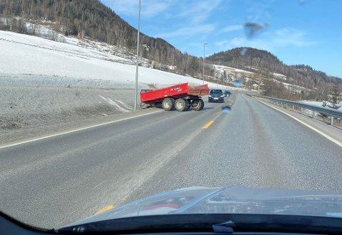 Hengeren kom i full fart ut på E6 mellom Vingrom og Vingnes i Lillehammer fredag.