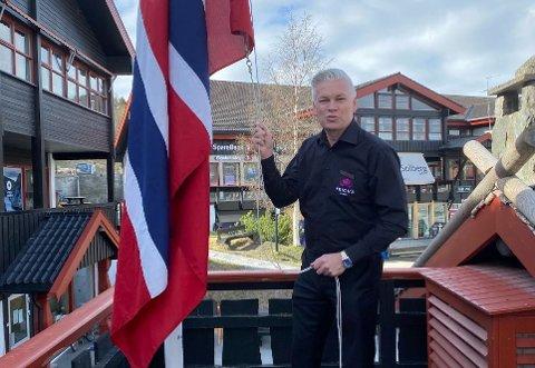 Øyvind Frich heiser flagget 17. mai 2021.