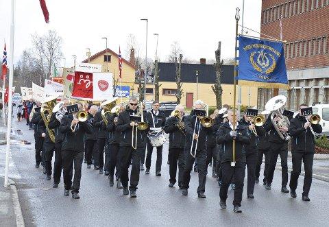 TRADISJONEN TRO: Moen musikkforening først i 1. maitoget gjennom Brandbu.