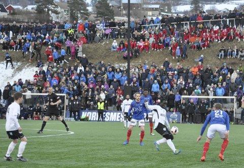 FOTBALLFEST: Over 3.000 tilskuere fikk oppleve fotballfest i Gran Idrettspark. Vålerenga vant 8-0. Foto: Rune Pedersen