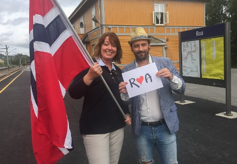 SOMMERTOGET PÅ ROA: Kristin Myrås og Rune Larsen er i gang med å samle folk og lage aktivitet når Sommertoget kommer til Roa 26. juli.