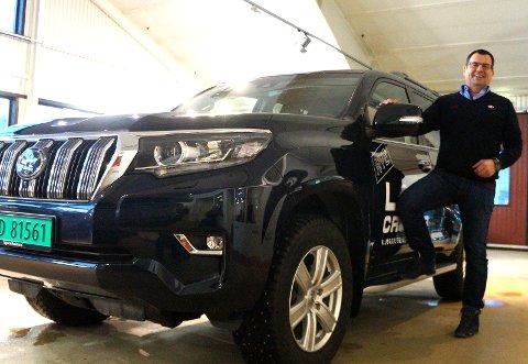 OVER BUDSJETT: Selger og sjef for Toyota Hønefoss AS, avd. Hadeland, Tom Olai Blilie er fornøyd med fjorårsresultatene og satser også å bite fra seg i år med blant annet nye oppgraderte Toyota Landcruiser, som nylig ble lansert.
