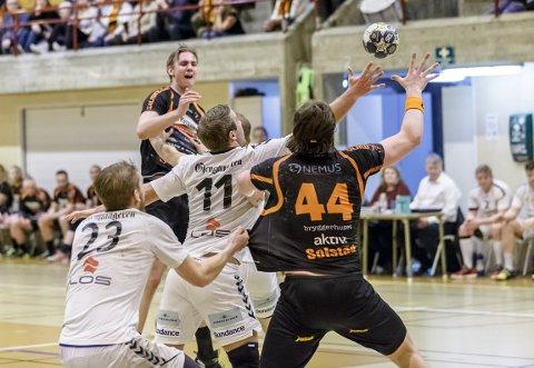 Kristian Stranden gjorde et solid innhopp i kampen mot Falk Horten. Her serverer han linjespiller Thomas Solstad.
