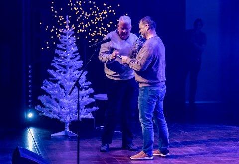 KULTURENS FOTSOLDAT: Terje Vidar Høvik mottok ydmykt publikumsprisen av Ole Martin Nilsson fra Brygga kultursal.