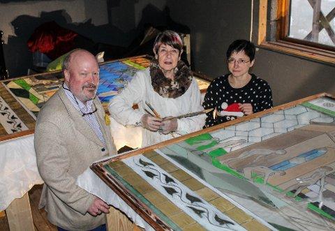 TIL FORDUMS PRAKT: Emil Stang Lund, Wenche Høidal og Tanya Stang Lund gleder seg til glassmaleriet fra 1955 er ferdig restaurert.