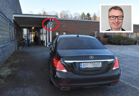 FEILPARKERT: Mandag sto statsråd Terje Søviknes sin bil feilparkert utenfor Hobøl bo og behandlingssenter. Da sjåføren oppdaget at Smaalenenes Avis tok bilder av parkeringen, fikk han det så travelt med å flytte bilen at journalisten måtte hoppe unna for å ikke bli påkjørt. For ordens skyld: Det var ikke Terje Søviknes selv som kjørte bilen.