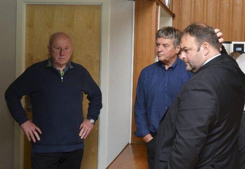 Følgde debatten: Kjell Riise (t.v.), bebuar på Sandvin, var ein av dei som følgde debatten frå galleriet. Her med Trygve Bolstad (Ap) og ordførar Roald Aga Haug (Ap) under ein pause i onsdagens kommunestyremøte.
